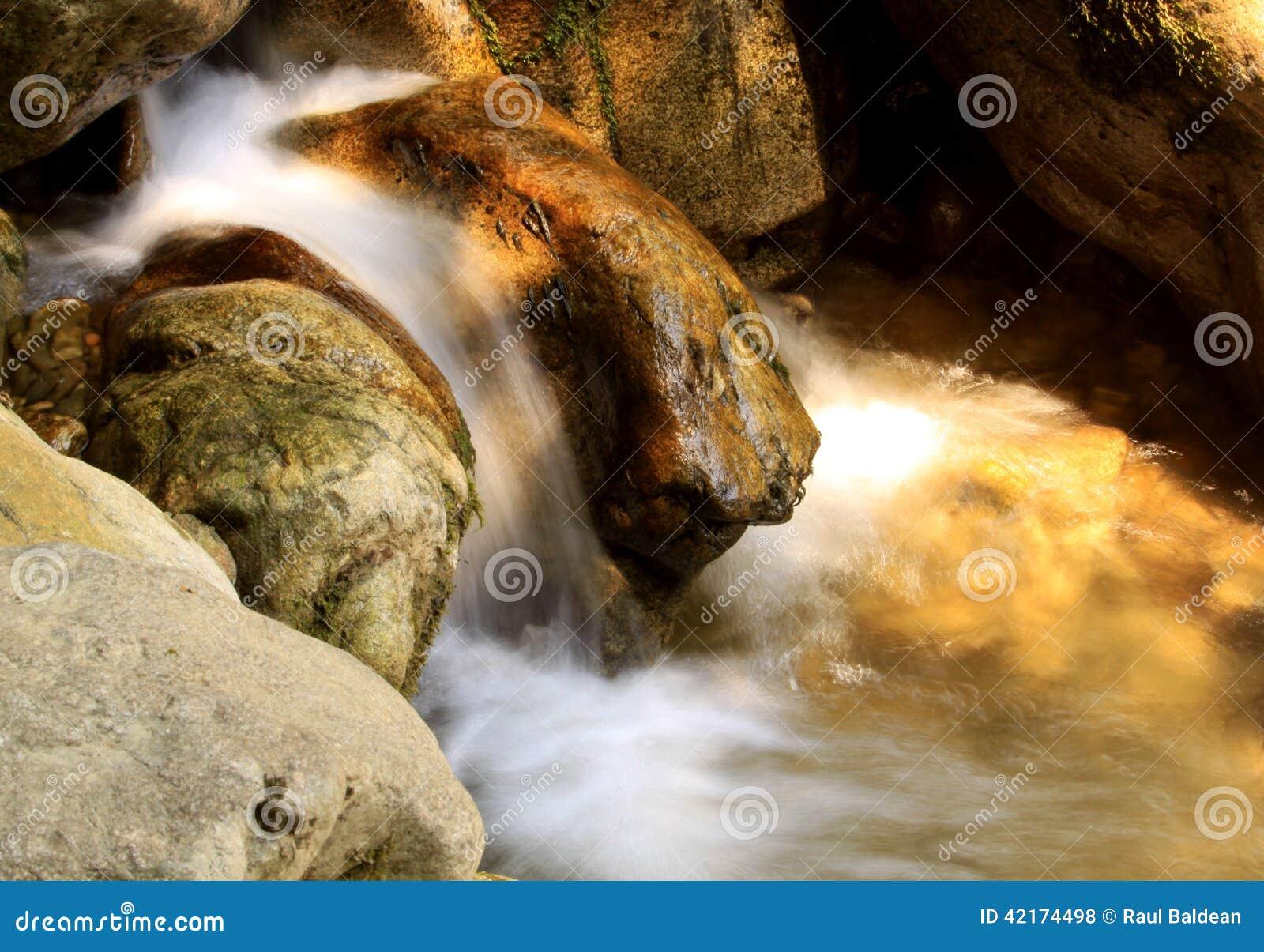 Piccola cascata nel letto di fiume 02
