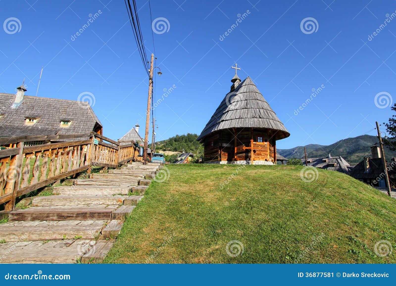 Download Piccola chiesa di legno immagine stock. Immagine di santo - 36877581