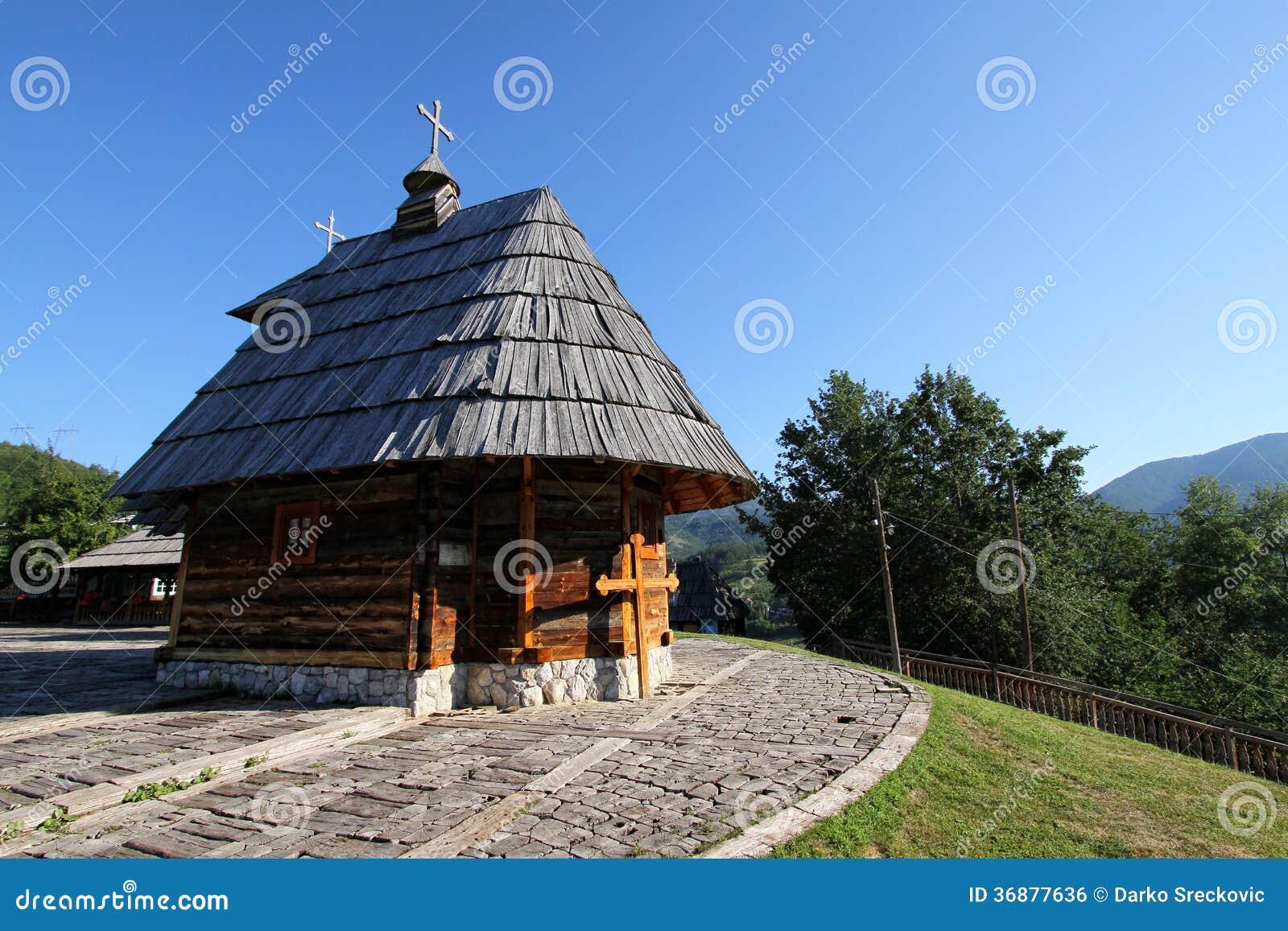 Download Piccola chiesa di legno fotografia stock. Immagine di montagna - 36877636