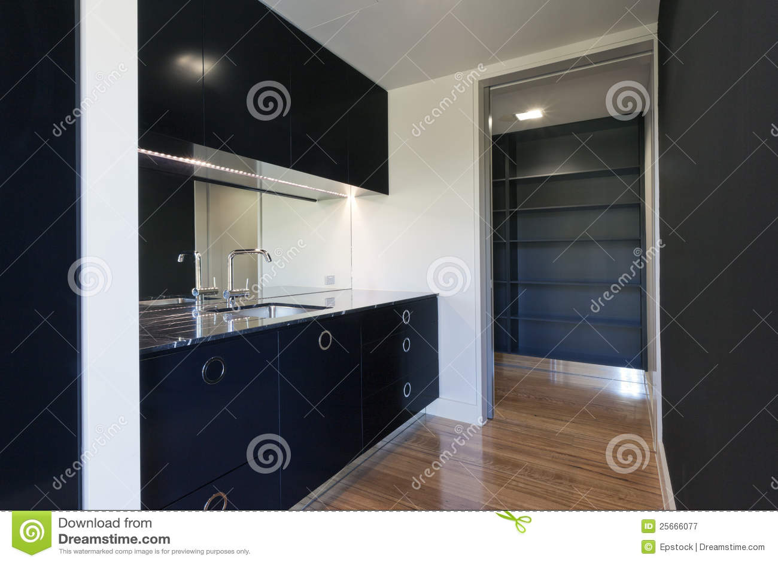Piccola cucina moderna immagine stock immagine di nero for Cucina soggiorno piccola