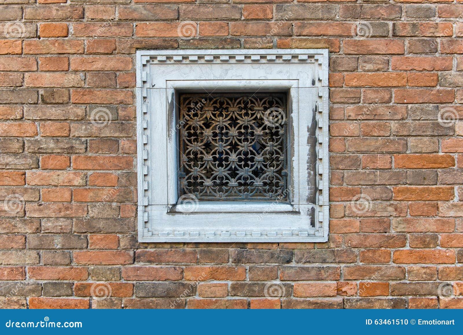 Piccola finestra quadrata con la struttura bianca sul muro di mattoni fotografia stock - Aprire finestra muro esterno ...