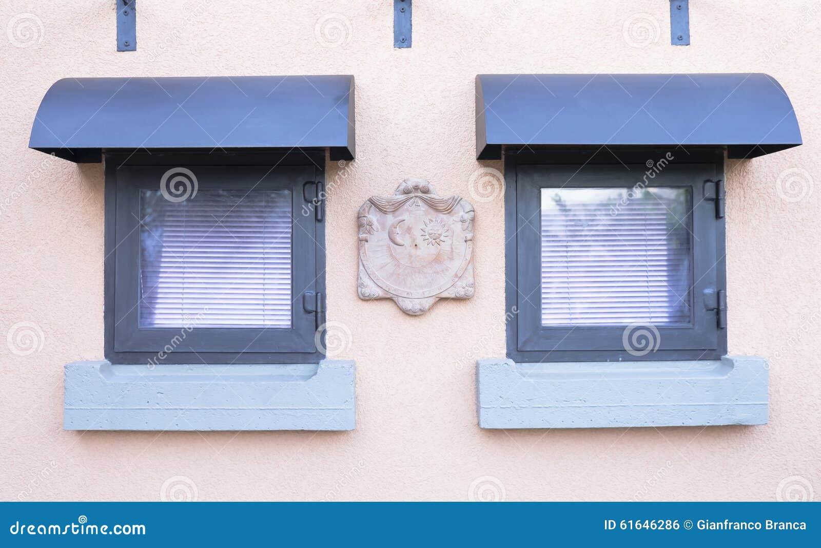 Piccola meridiana di terracotta