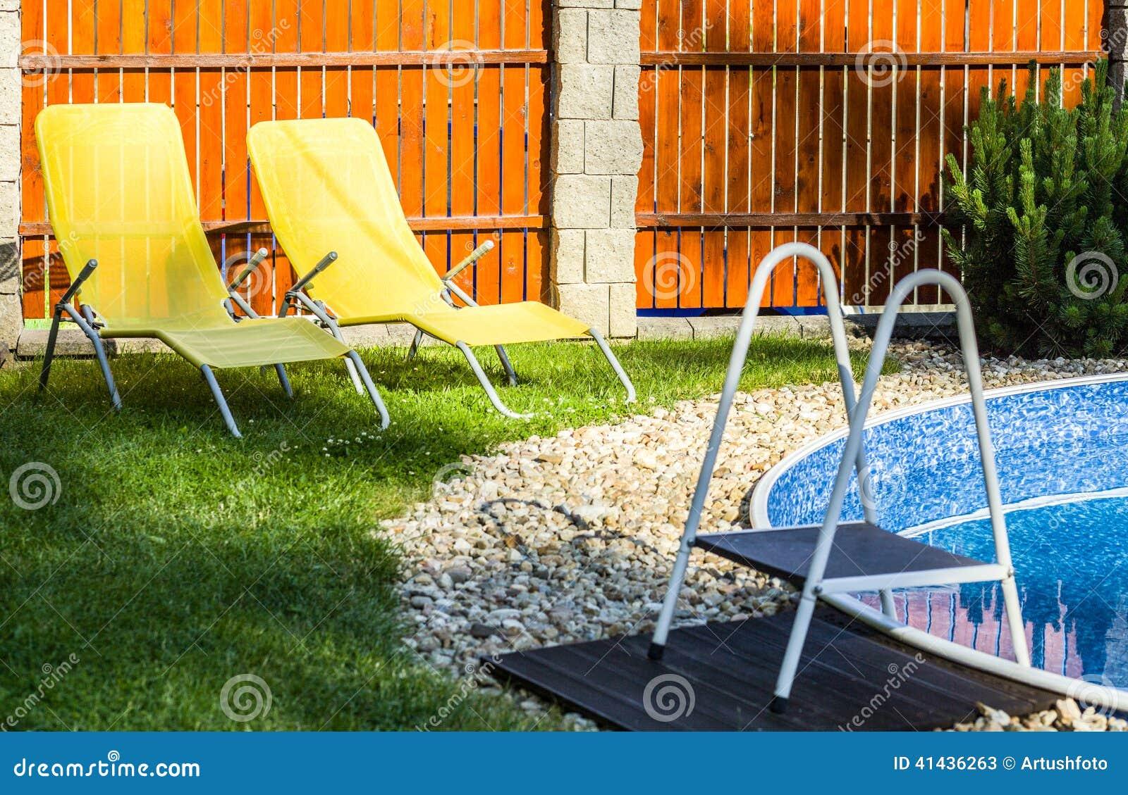 Piccola piscina domestica immagine stock immagine di for Piscinas domesticas