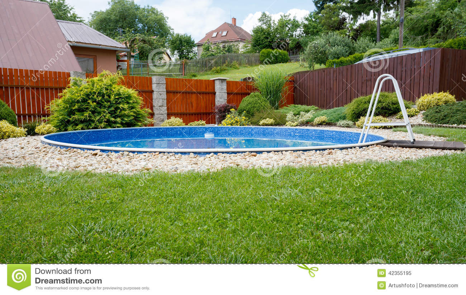 Piccola piscina domestica immagine stock immagine di - Piscina interrata piccola ...