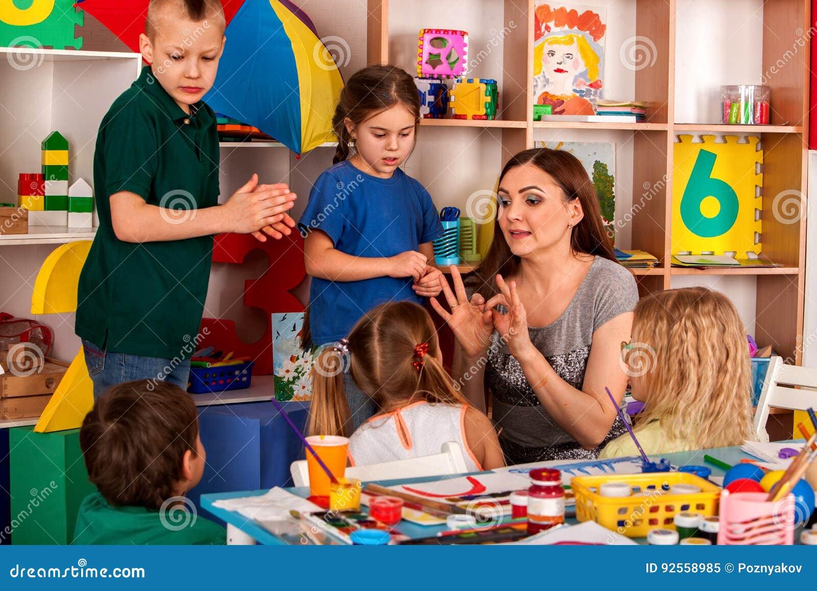 Piccola pittura del dito della ragazza degli studenti nella classe di scuola di arte