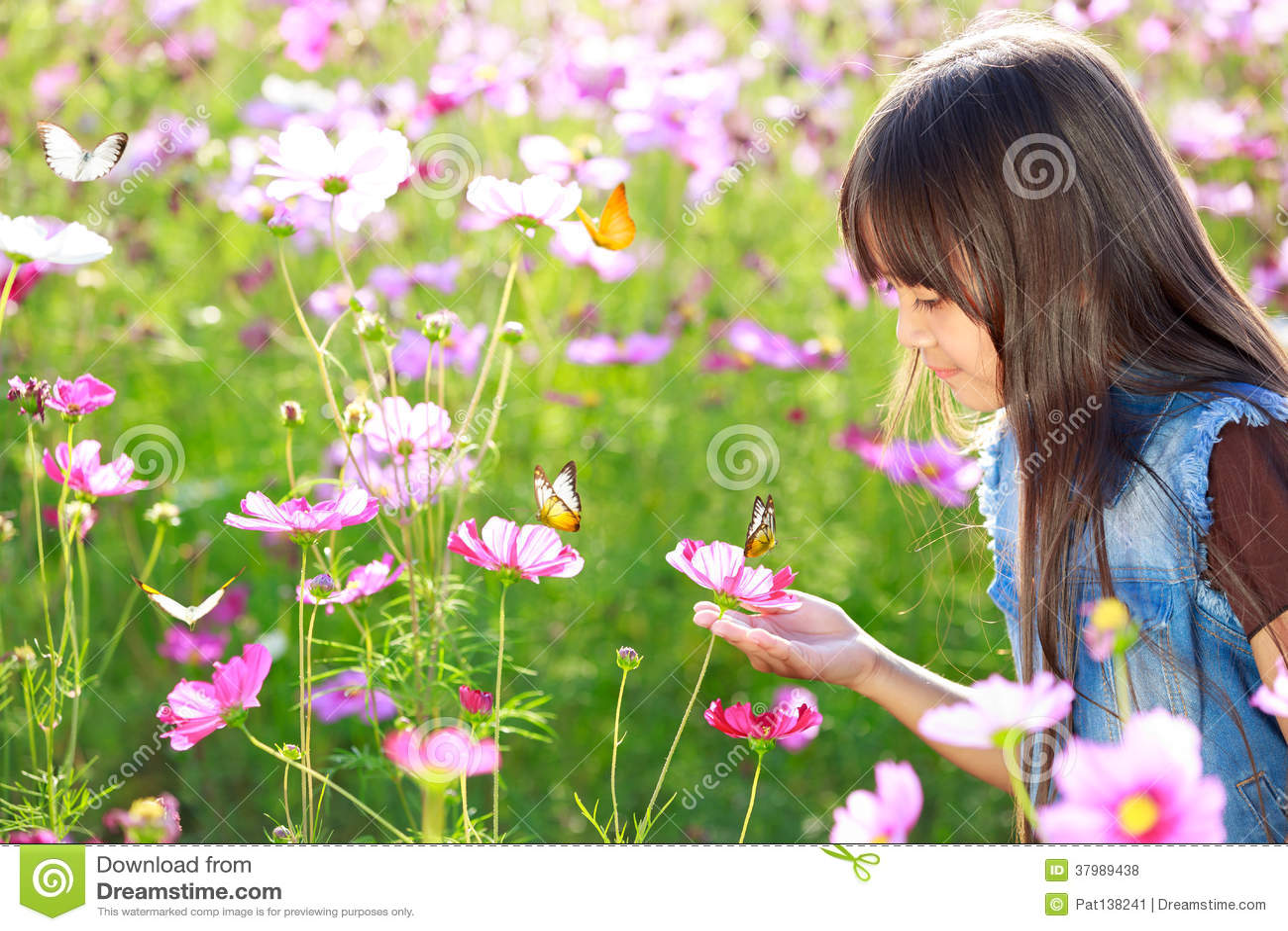 Piccola ragazza asiatica nei giacimenti di fiore