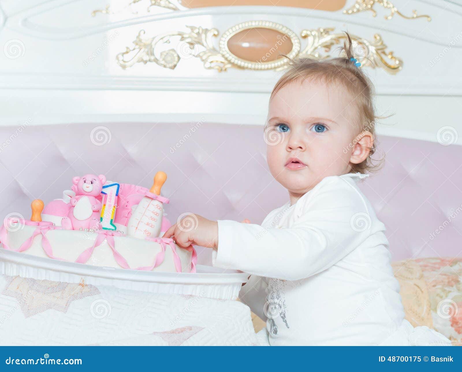 Piccola ragazza caucasica del bambino sul buon compleanno con il dolce a casa