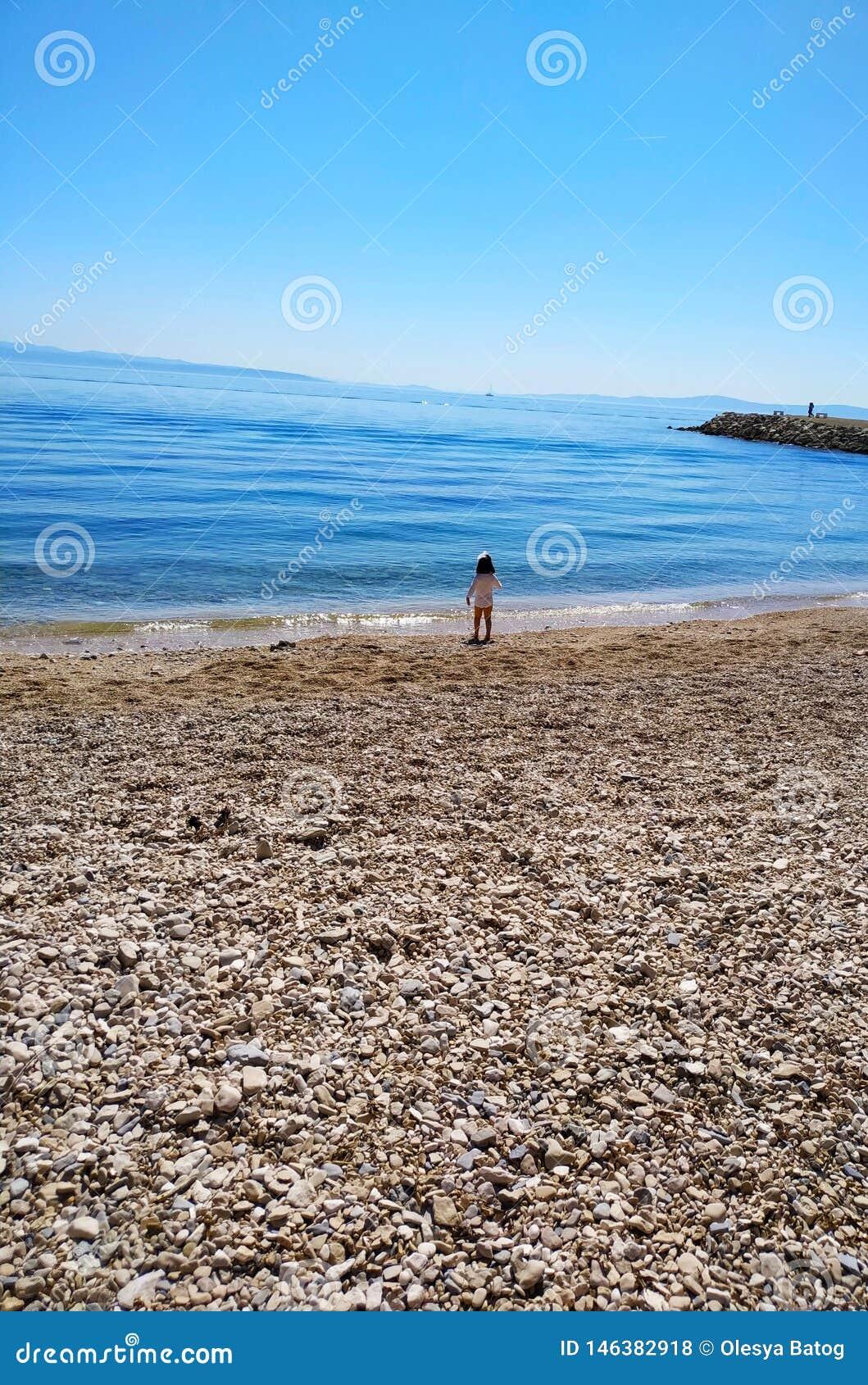 Piccola ragazza ed il mare