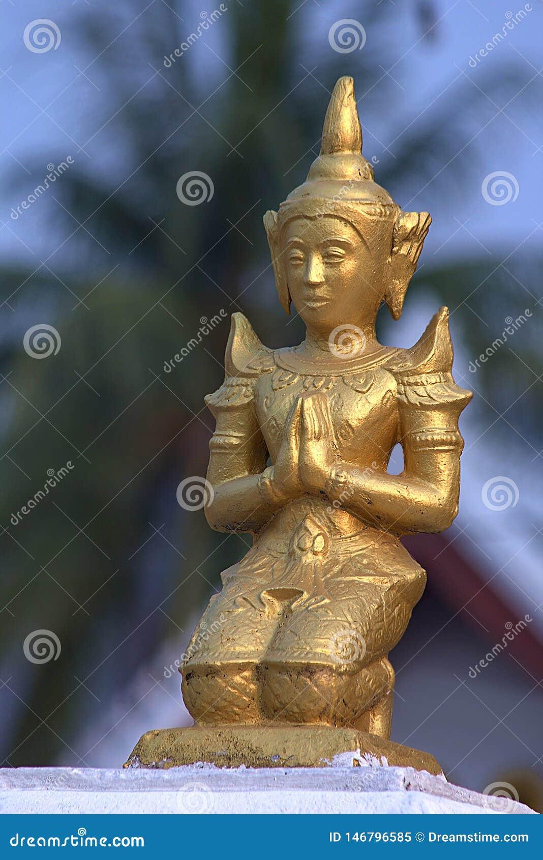 Piccola scultura dorata in tempio buddista