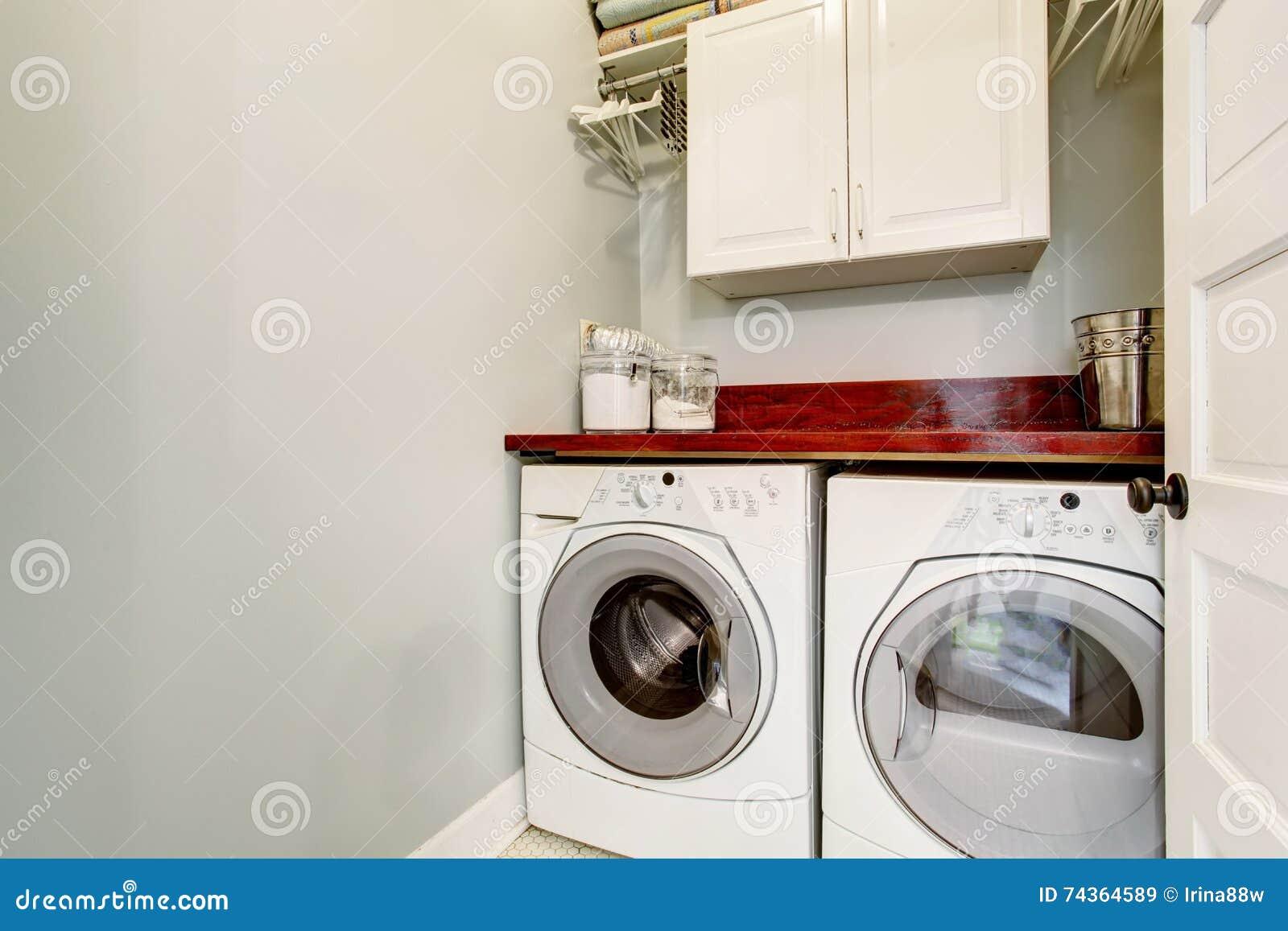 Stanza di lavanderia semplice con la pavimentazione piastrelle
