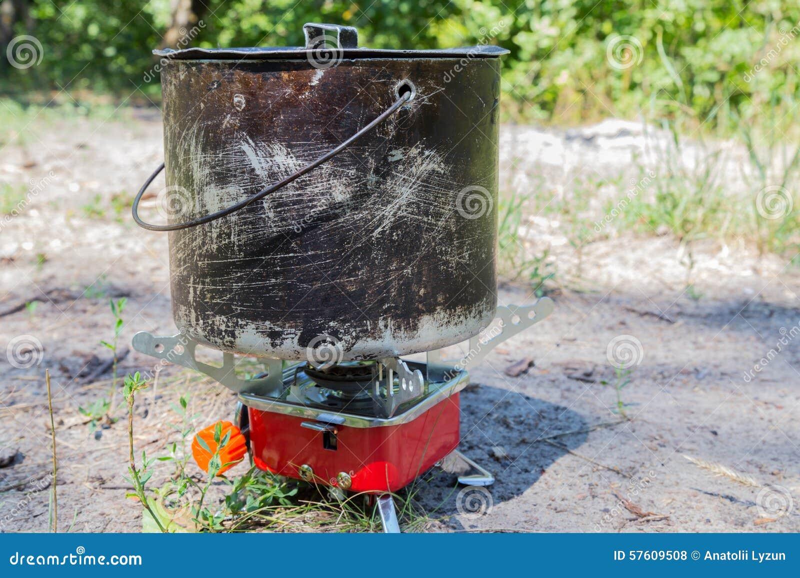 Piccola Stufa Di Gas Di Campeggio E Grande Vaso Fumoso Fotografia ...