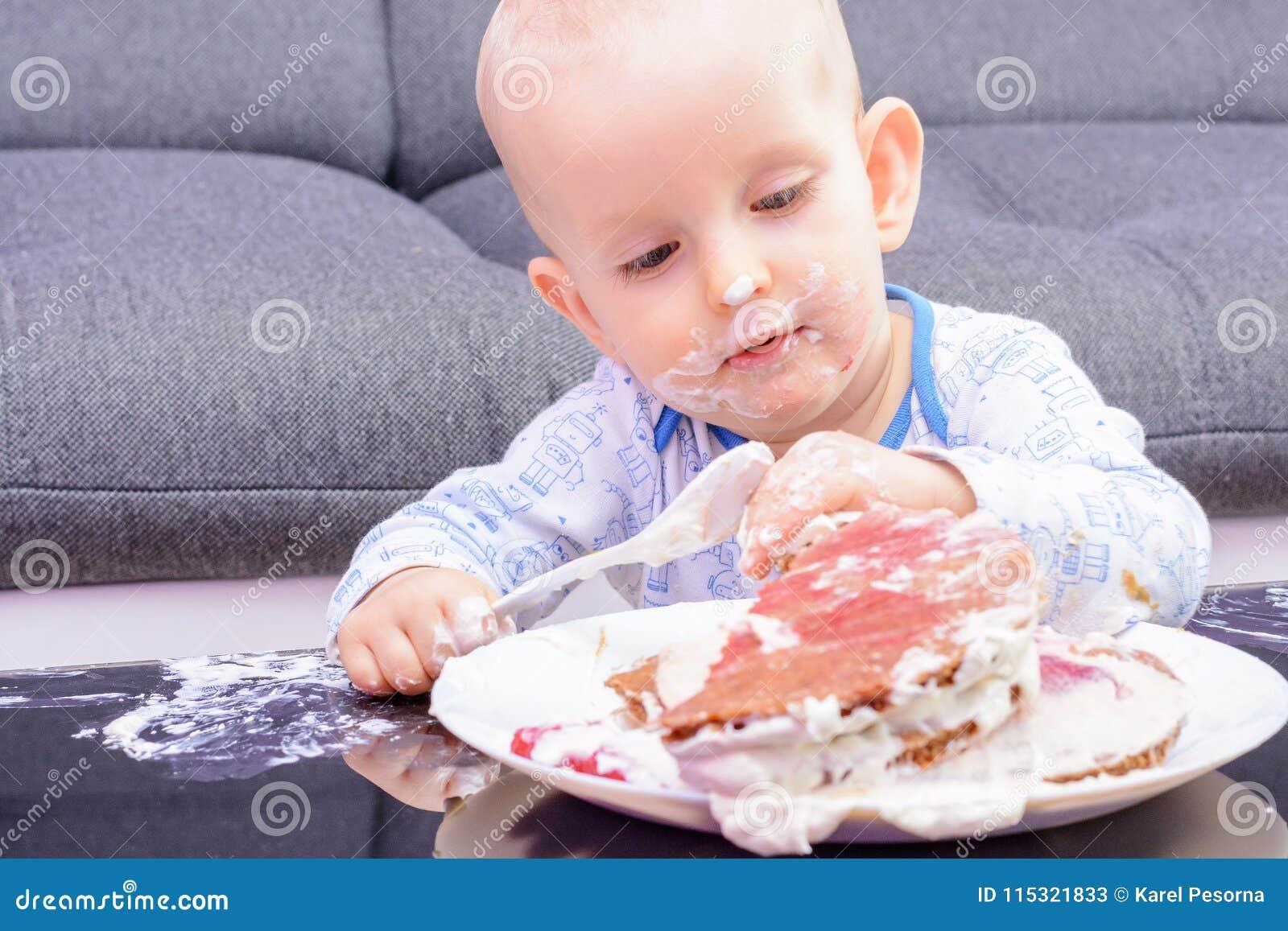 Piccola torta di compleanno con un cucchiaio, buon compleanno di moneta falsa del bambino