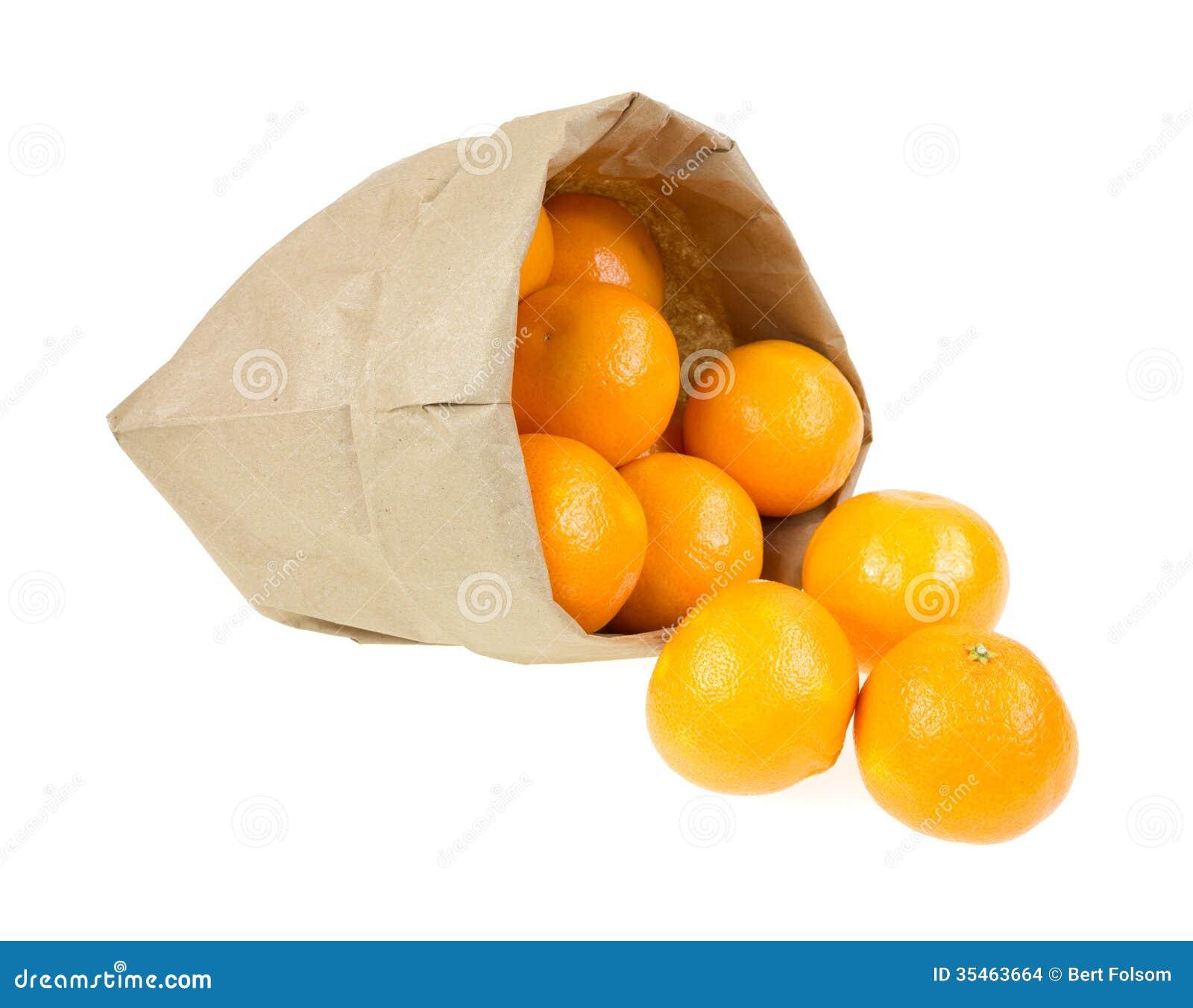 Piccole arance che straripano sacco di carta