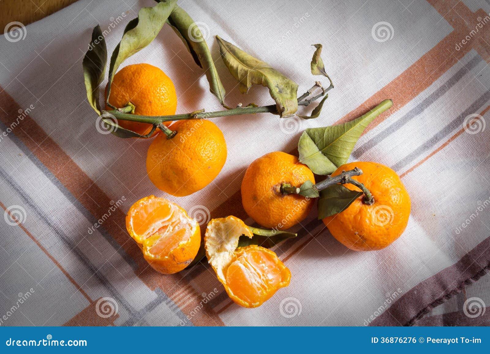 Download Piccole Arance Sul Vassoio. Fotografia Stock - Immagine di vitamina, arancione: 36876276