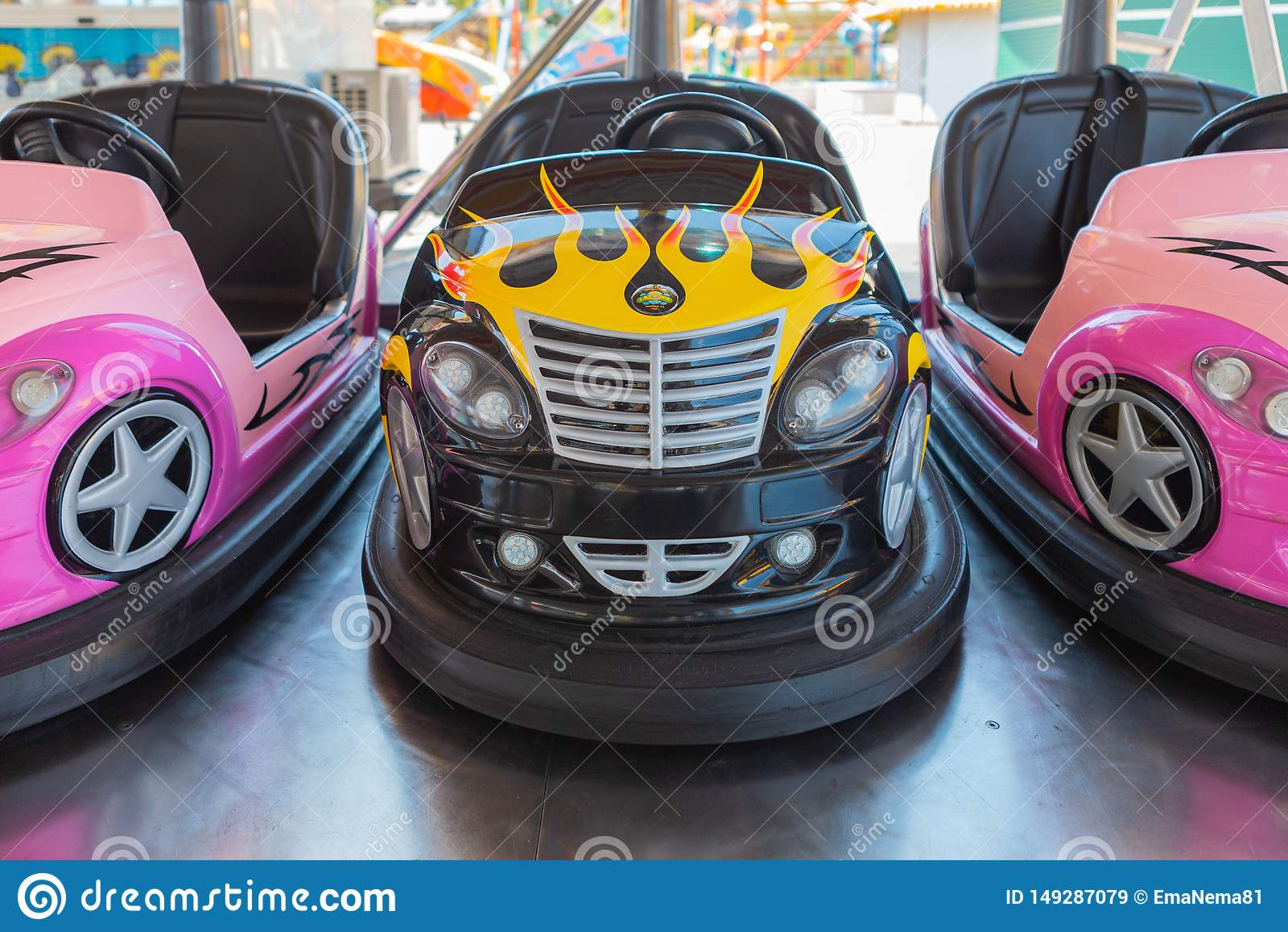 Piccole automobili di paraurti colorate per i bambini