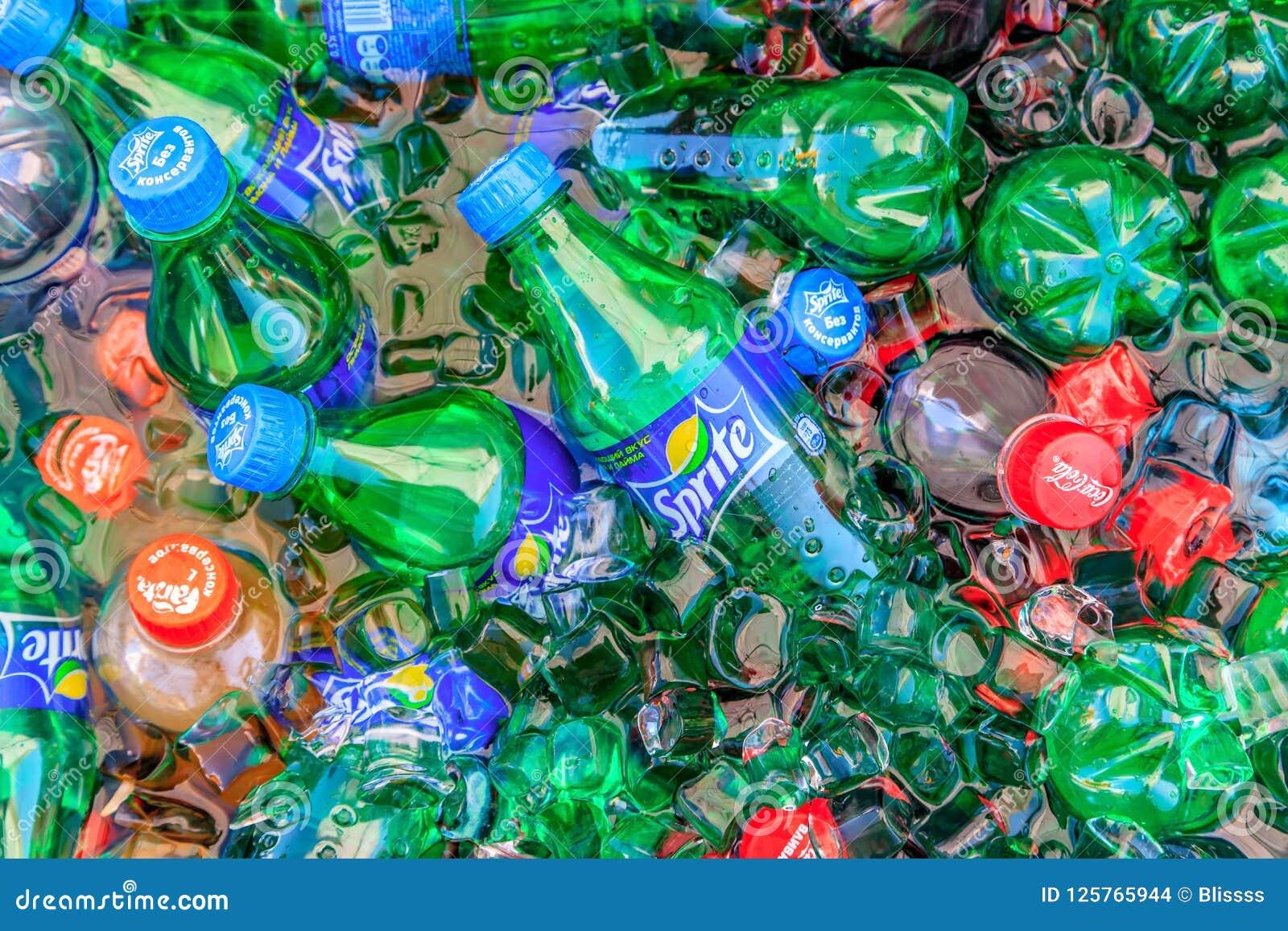 Piccole bottiglie di plastica variopinte delle bevande analcoliche di Sprite, della coca-cola e di Fanta che ottengono fresche in