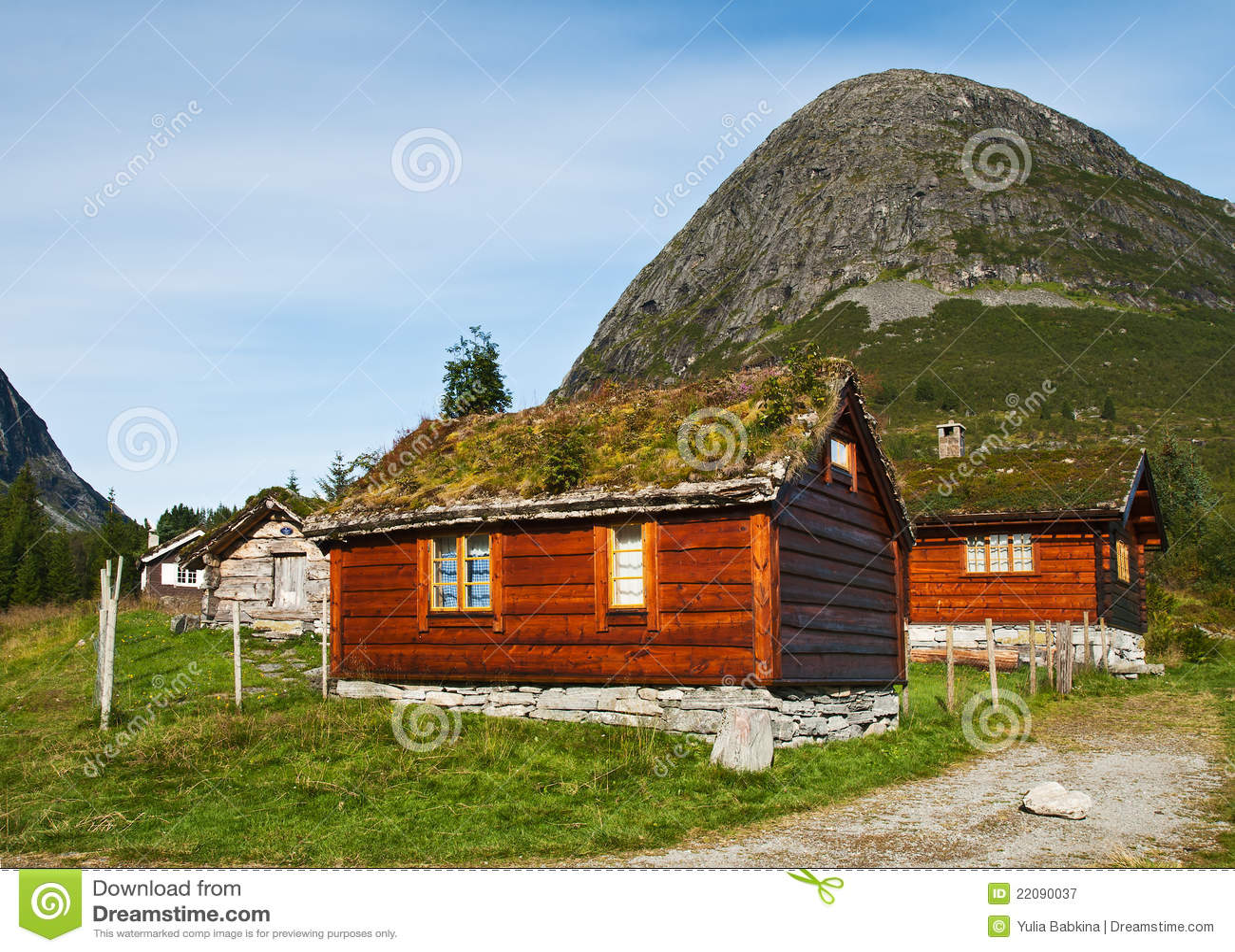 Piccole case al piede di una montagna immagine stock for Piccole planimetrie di piccole case