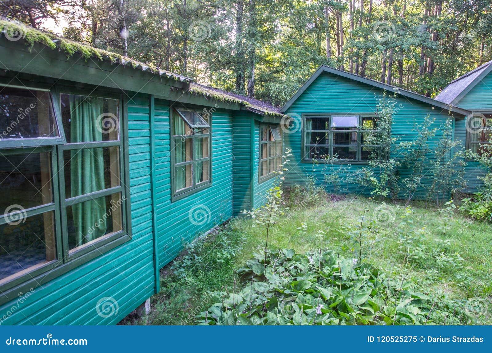 Case Piccole In Legno : Piccole case di legno in foresta immagine stock immagine di