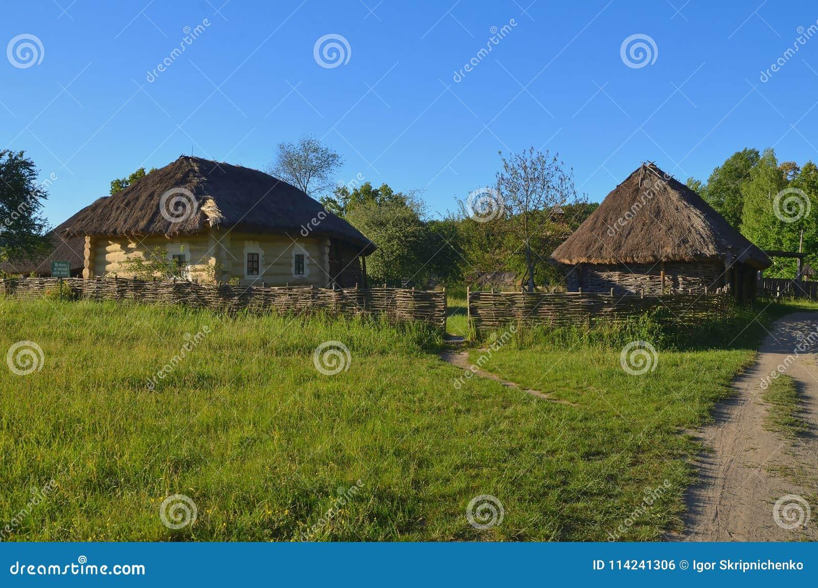 Case Piccole In Legno : Piccole case di legno operate con i tetti bloccati fotografia