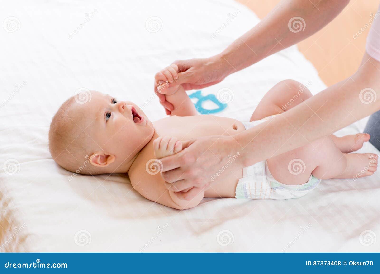 Piccole mani del genitore della tenuta del neonato Legame e cura di maternità