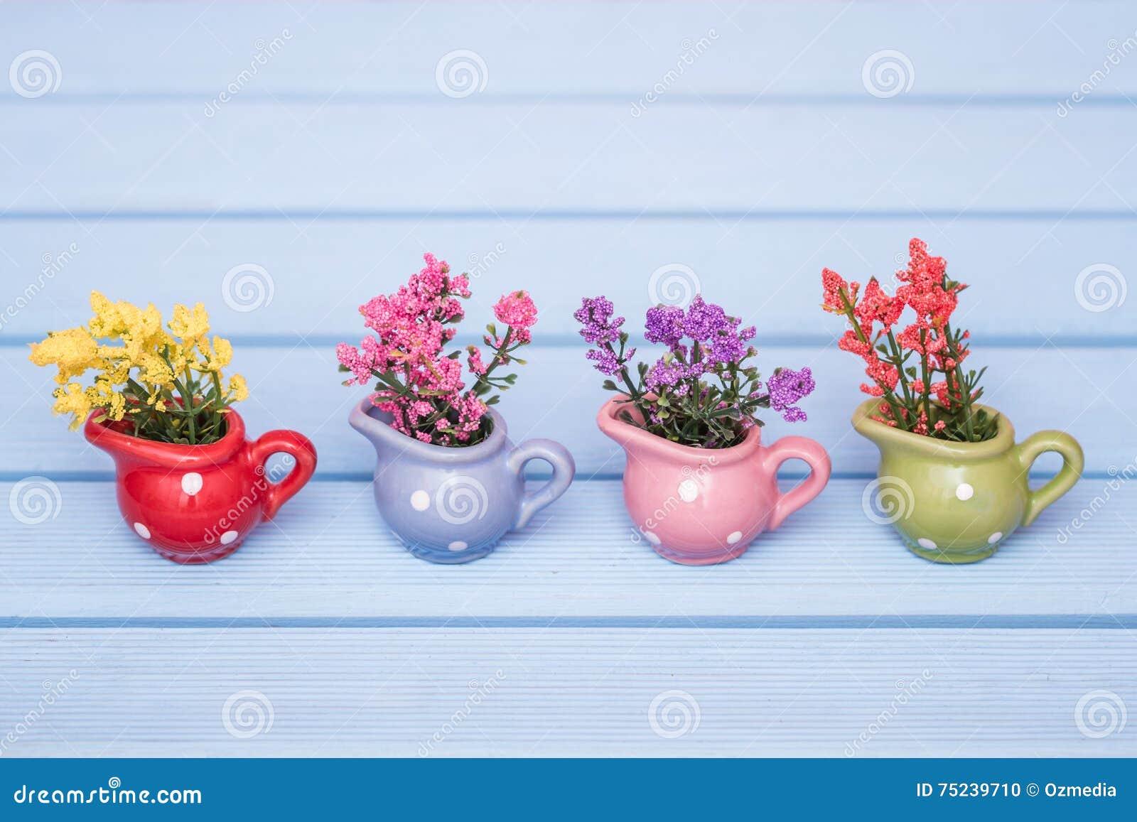 Piccole piante artificiali decorative variopinte in vasi for Piante da interno piccole