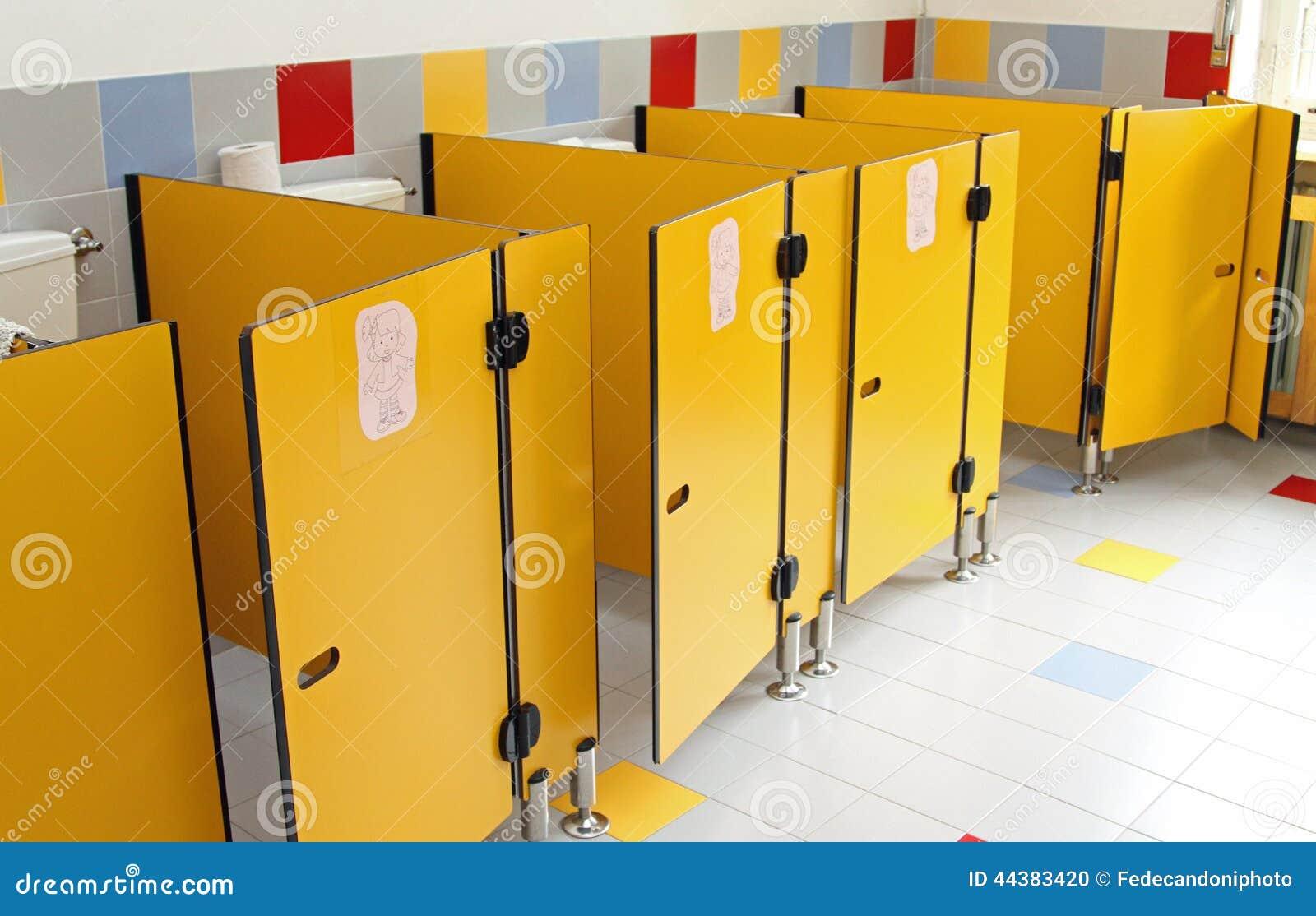Piccole porte della toilette di una scuola materna fotografia stock immagine 44383420 - Foto de toilette ...