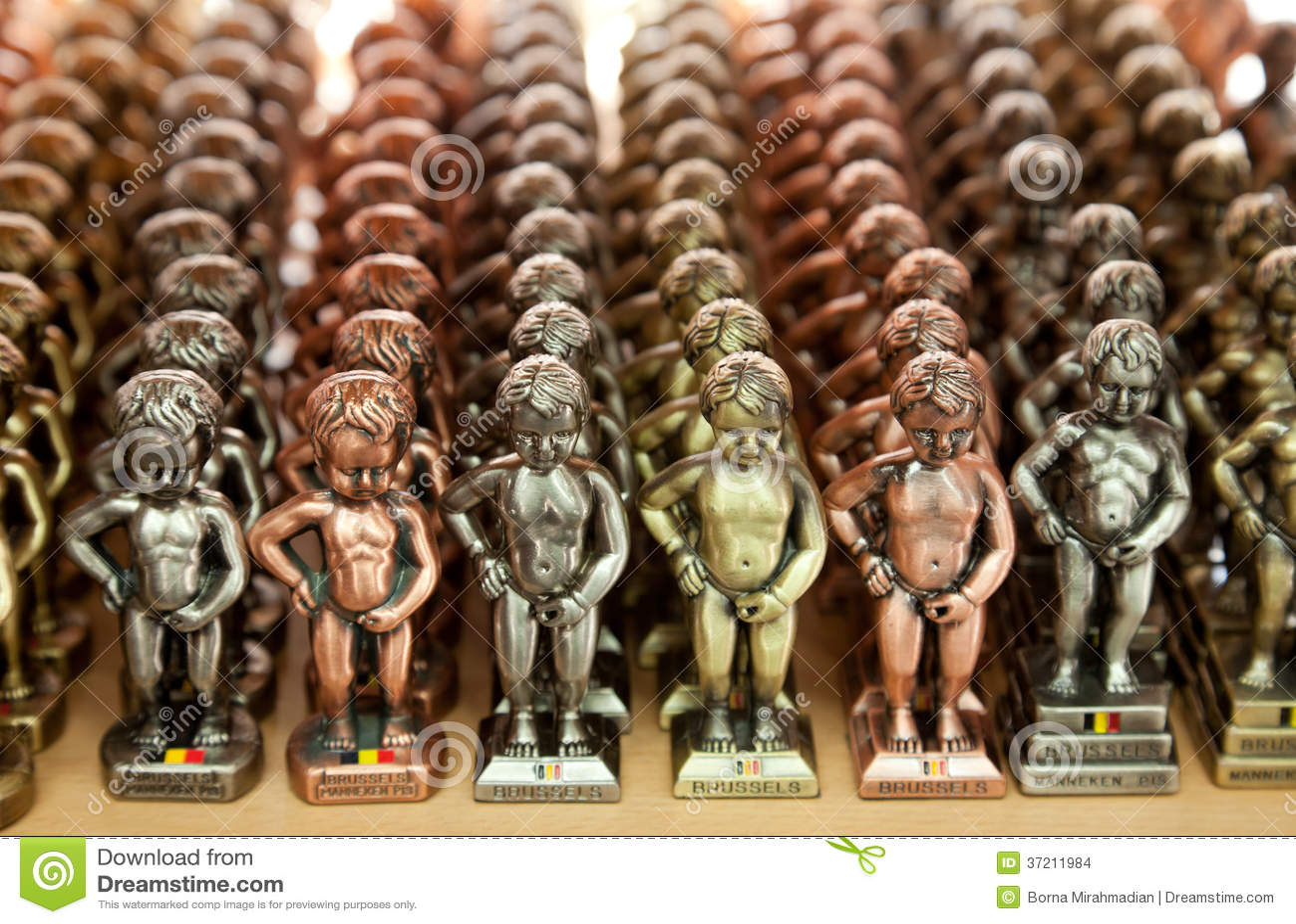 Piccole repliche della statua di Manneken Pis nei colori differenti