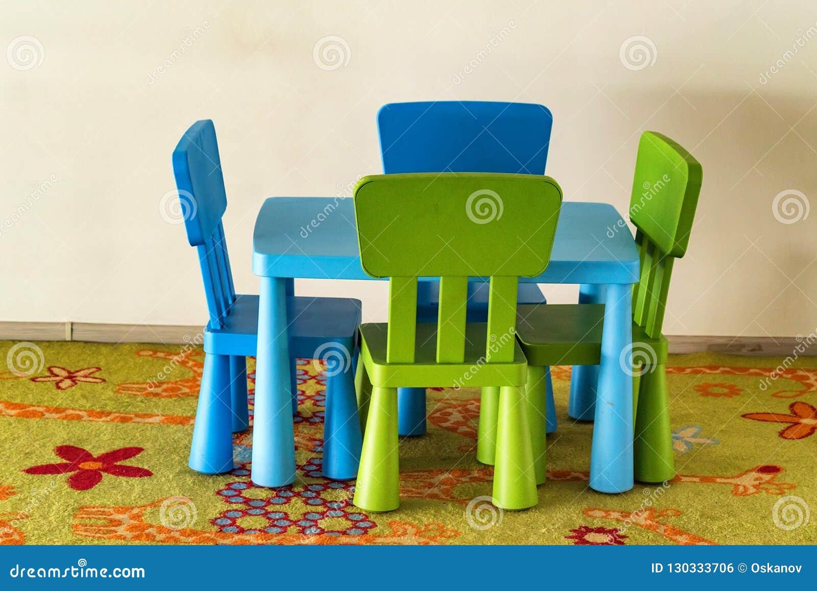 Piccole tavola e sedie variopinte per i bambini