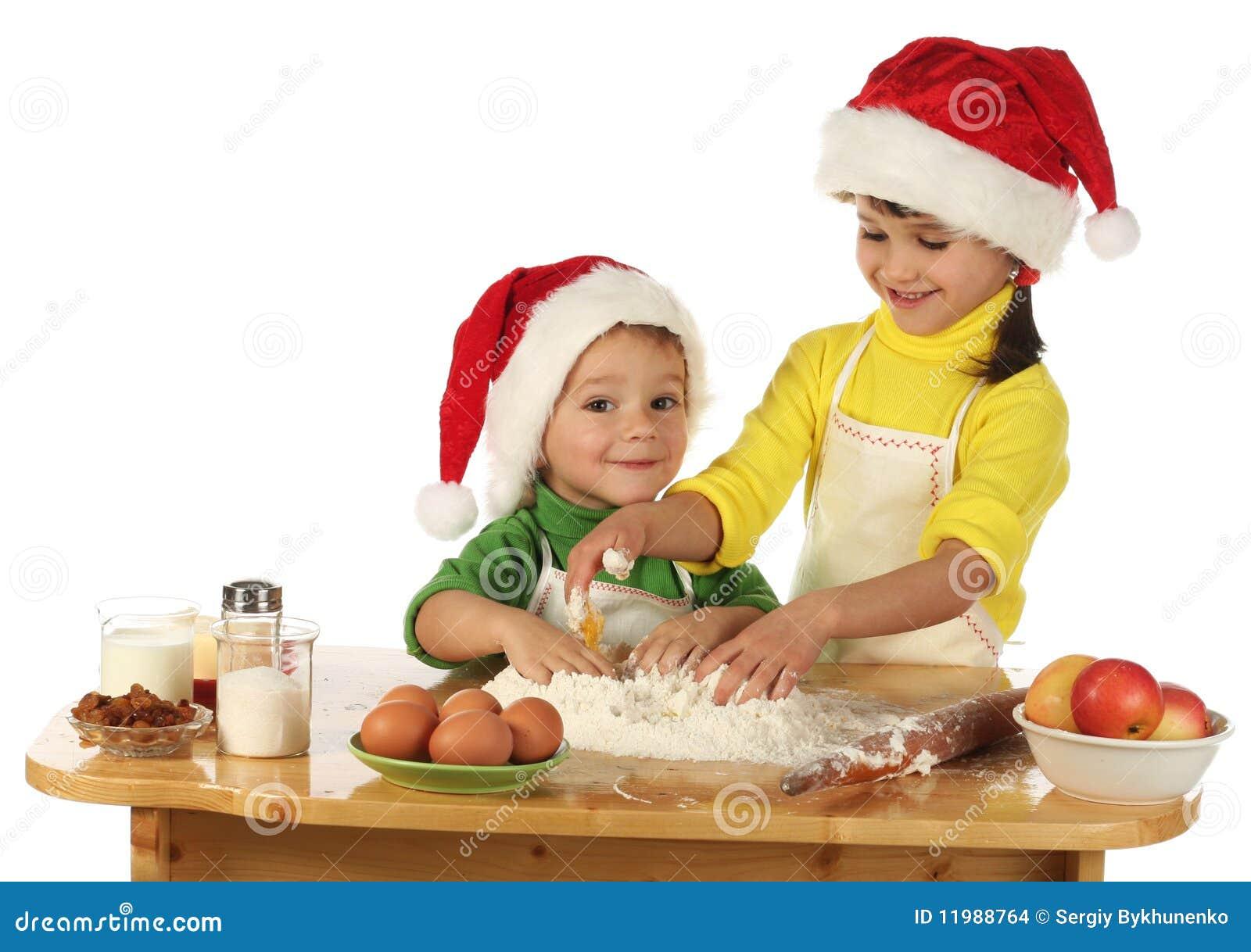 Piccoli bambini che cucinano la torta di natale immagini - Bambine che cucinano ...