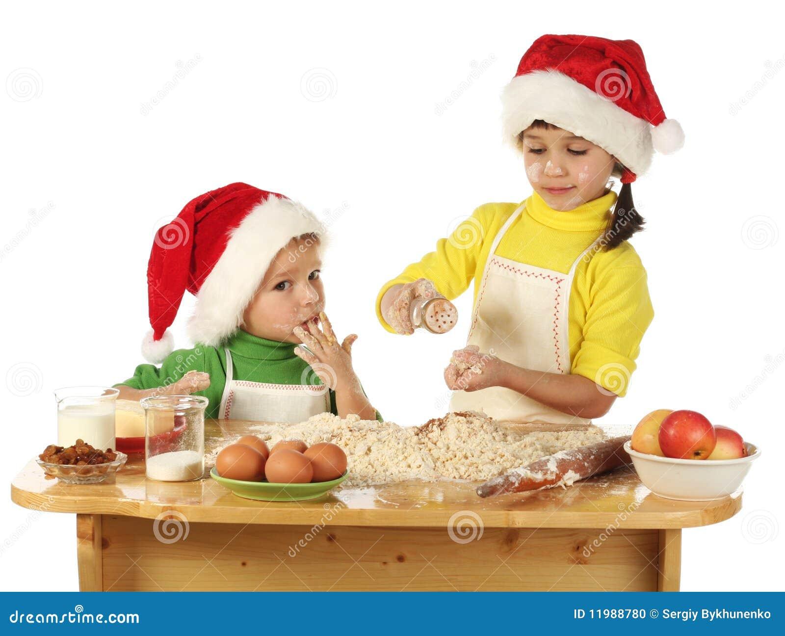 Piccoli bambini che cucinano la torta di natale fotografia - Bambine che cucinano ...