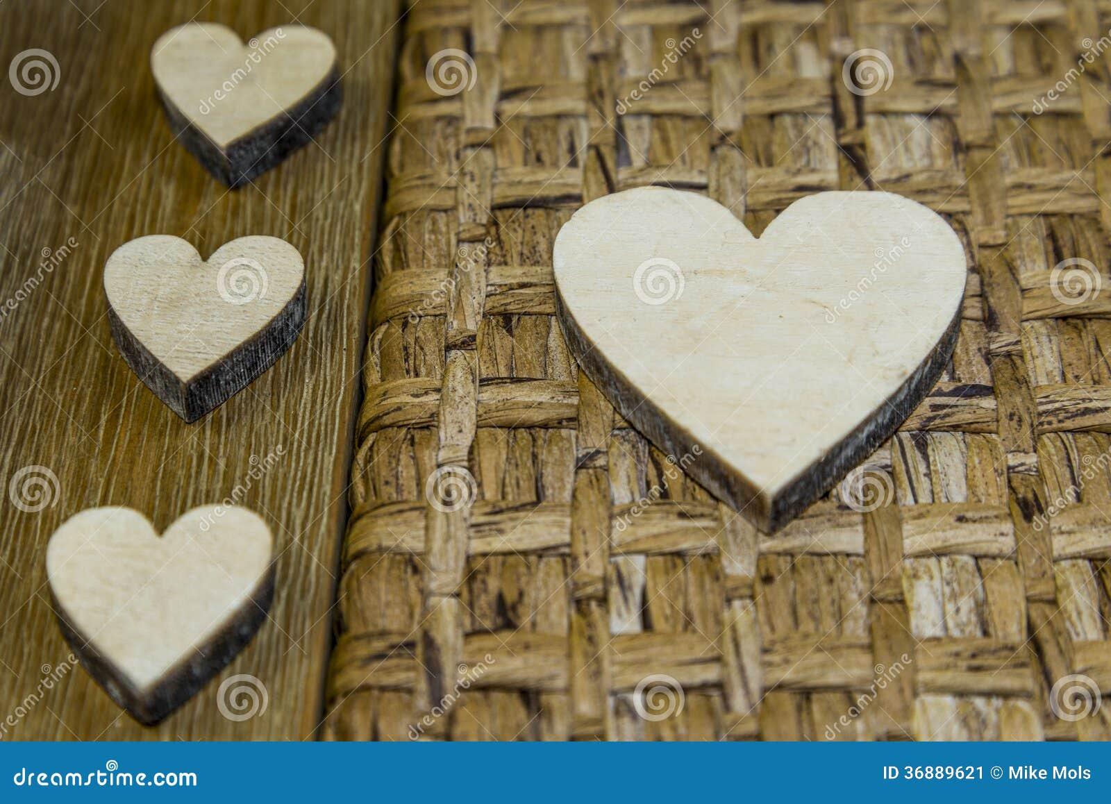 Download Piccoli e grandi cuori immagine stock. Immagine di legno - 36889621
