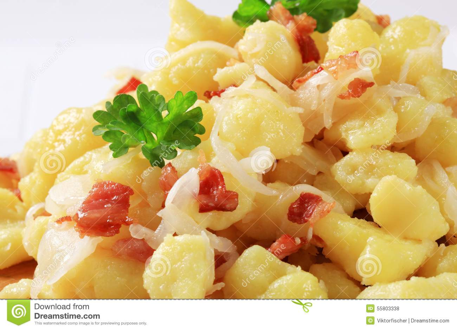 Piccoli gnocchi della patata (halushky) con bacon e cavolo