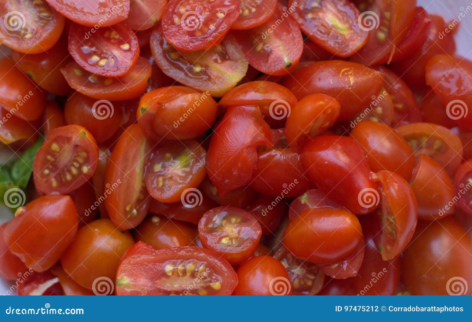 Piccoli pomodori pronti per la salsa italiana classica