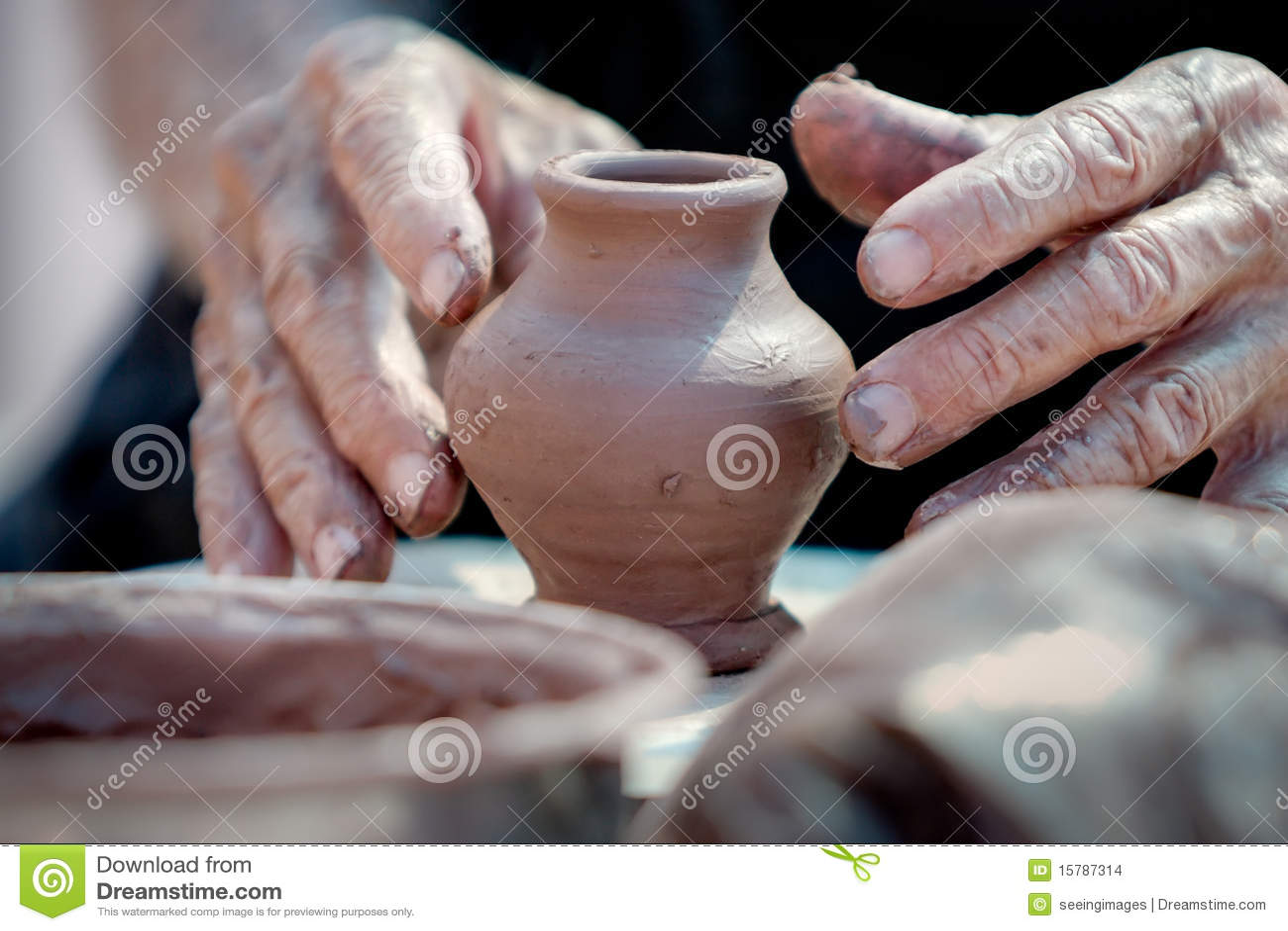 Piccoli vaso e mani di un vasaio fotografia stock for Foto di case di artigiani