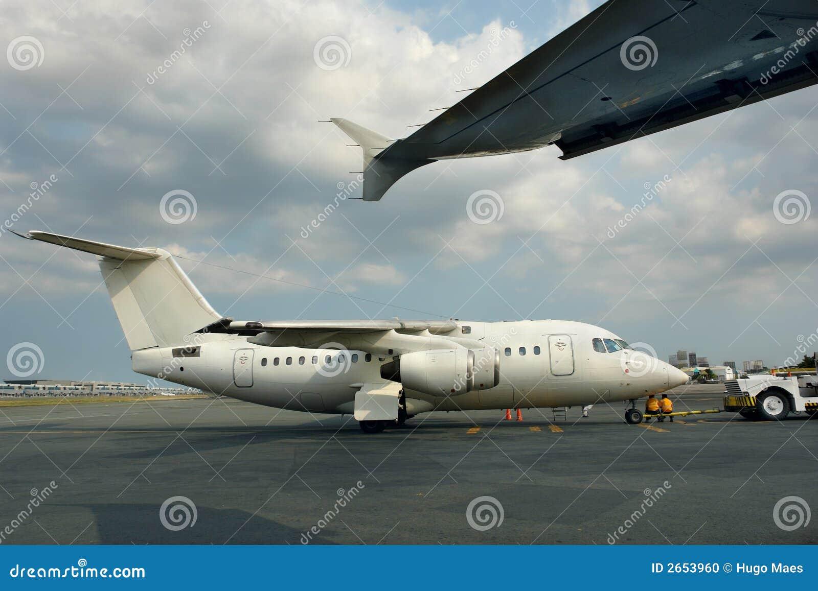 Aereo Privato Piccolo : Piccolo aereo di linea parcheggiato del jet fotografia