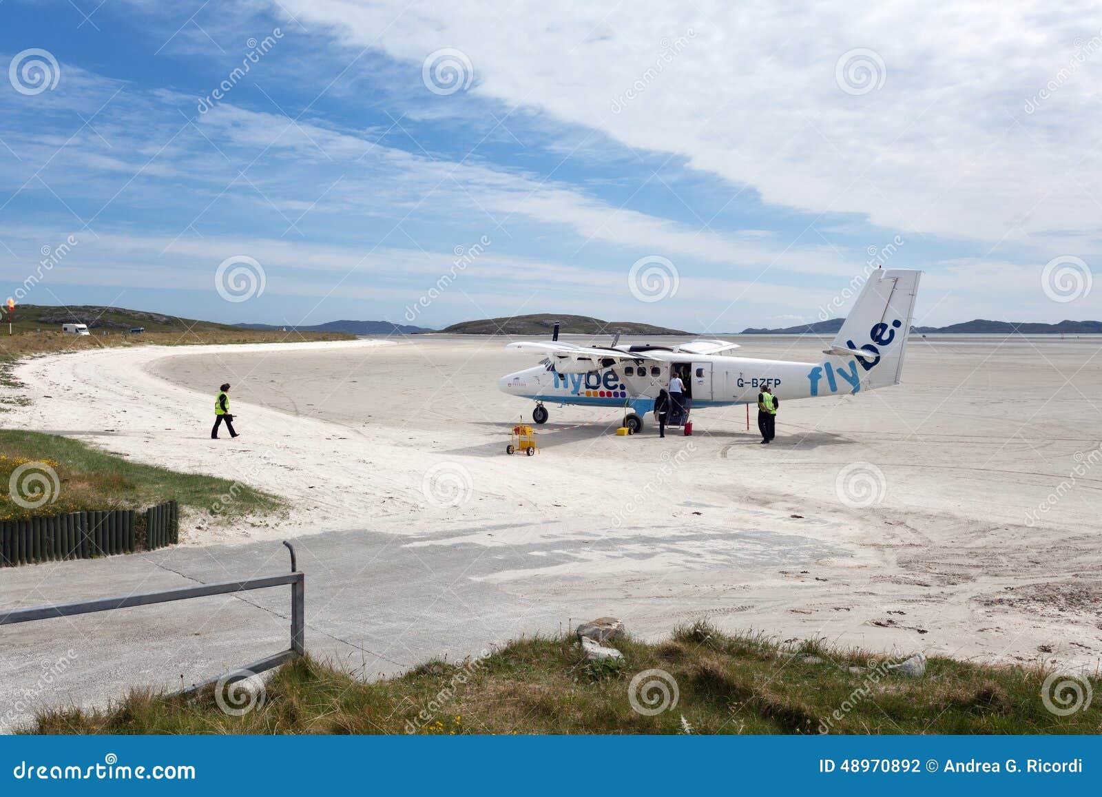 Piccolo aereo sulla pista sabbiosa di Barra Airport