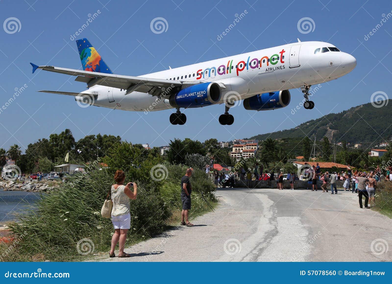 Aeroporto Skiathos : Piccolo aeroporto di skiathos dell aeroplano airbus