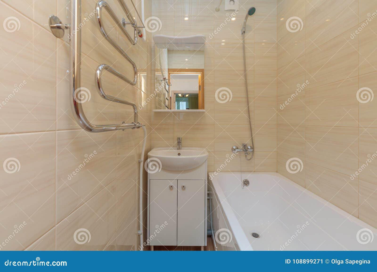Bagno Beige Piccolo : Piccolo bagno beige immagine stock. immagine di luce 108899271