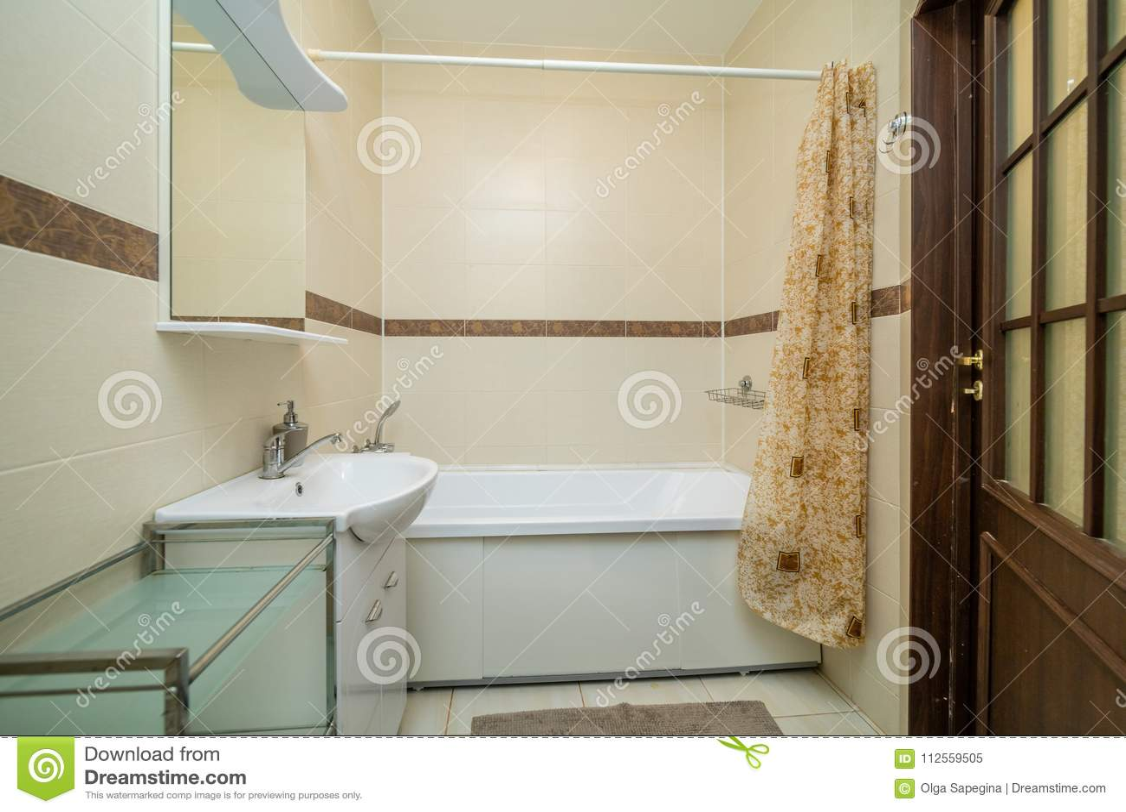 Bagno Beige Piccolo : Piccolo bagno beige immagine stock. immagine di riscaldato 112559505