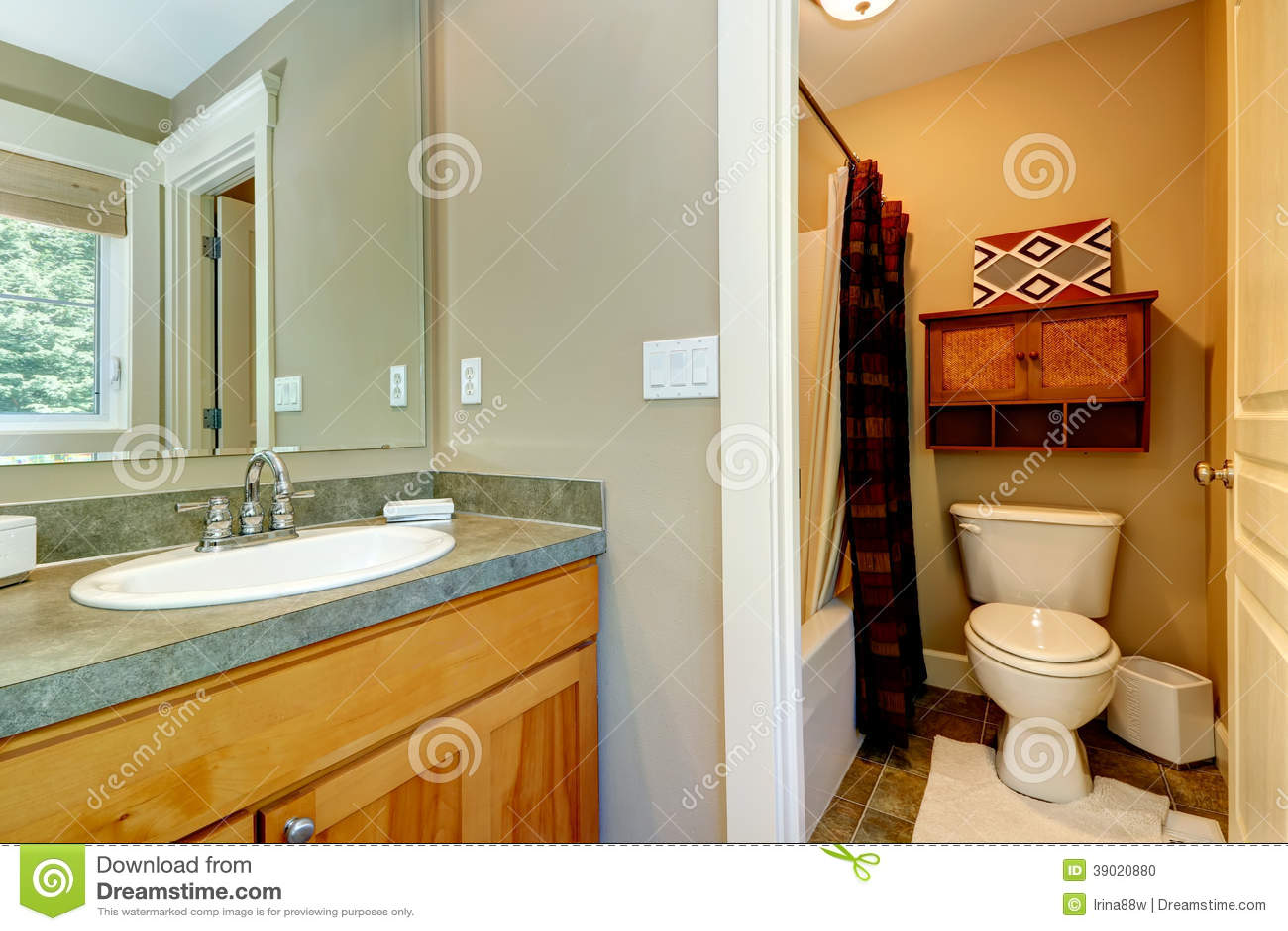 piccolo bagno in camera da letto principale fotografia