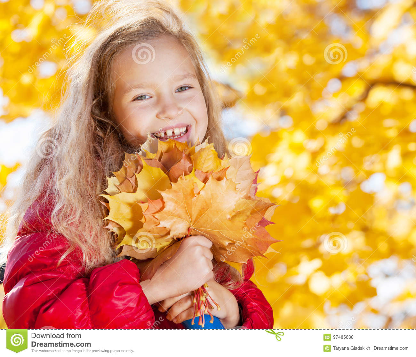 Piccolo bambino all autunno