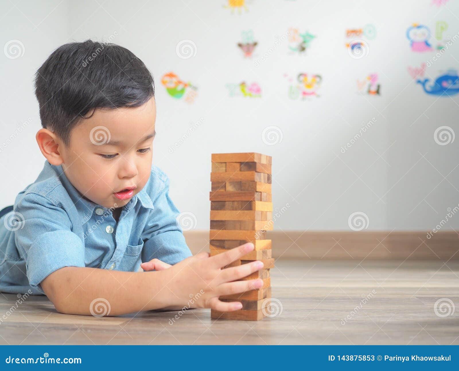 Piccolo bambino che gioca con i blocchi di legno