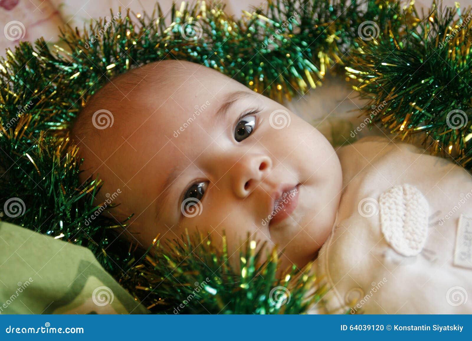 Piccolo bambino molto sveglio che si trova sul letto sorrisi e fotografia stock immagine di - Letto che si chiude ...