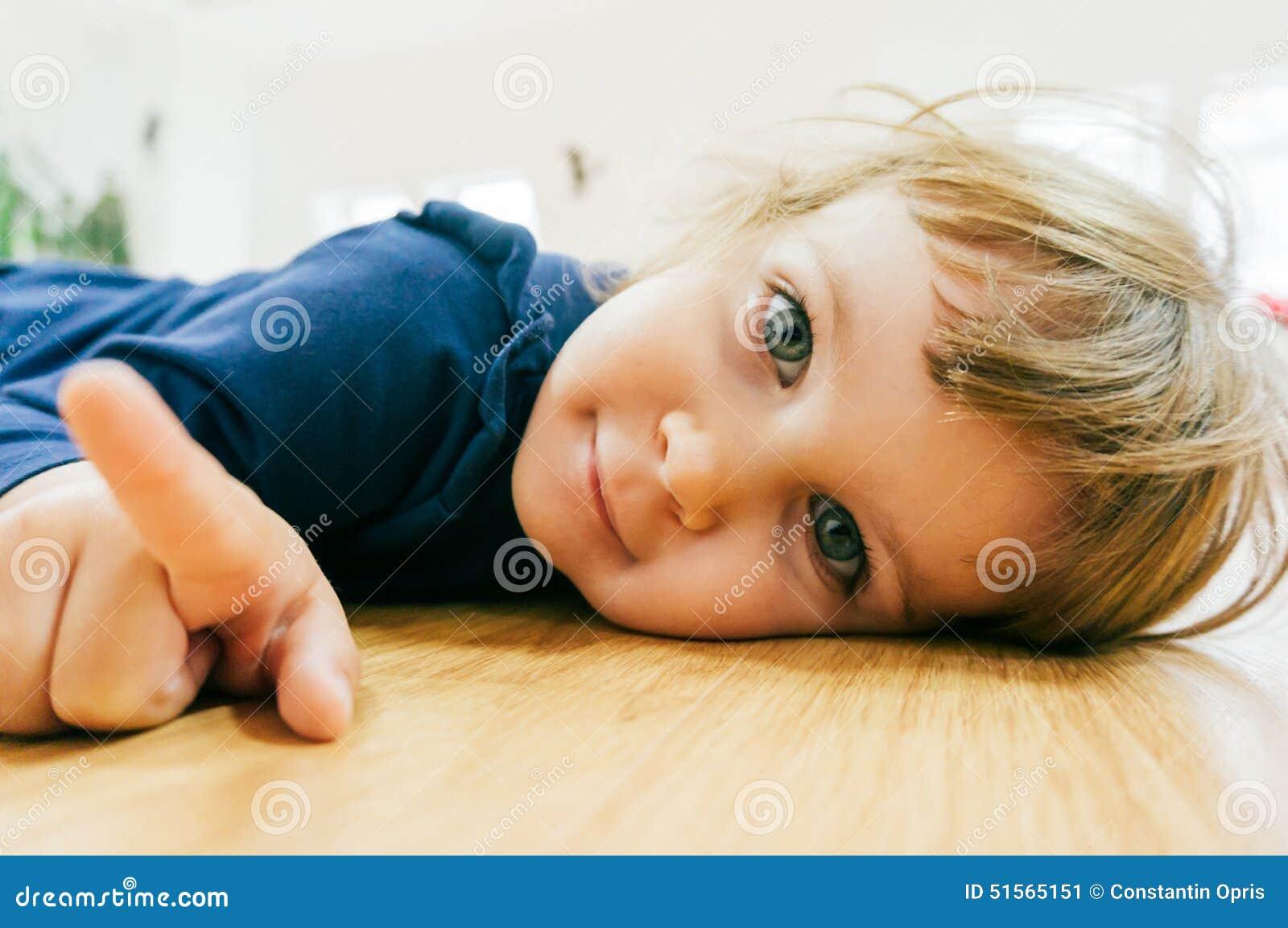 Piccolo bambino sul pavimento