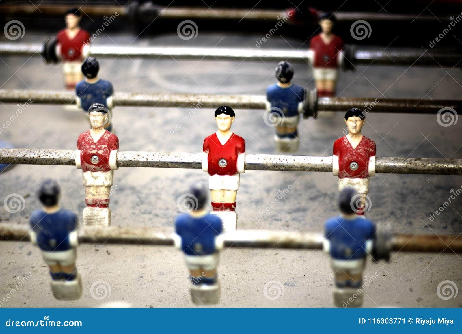 Piccolo calcio-balilla dell uomo