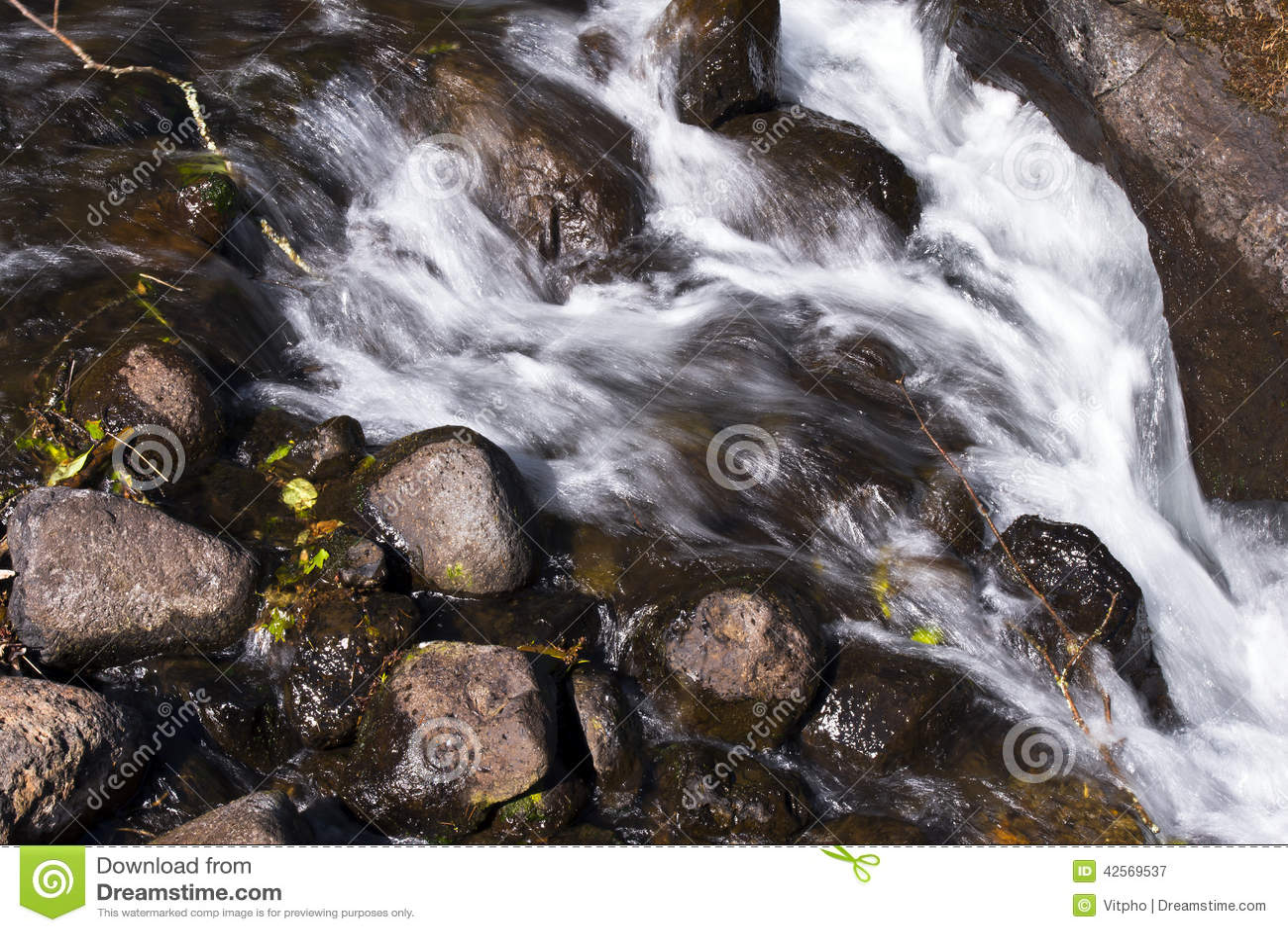 Piccolo fiume della montagna che circola sull esposizione lunga delle rocce