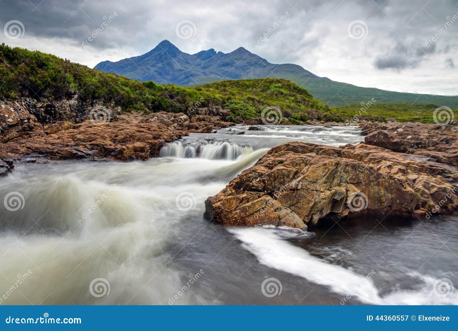 Piccolo fiume sull isola di Skye