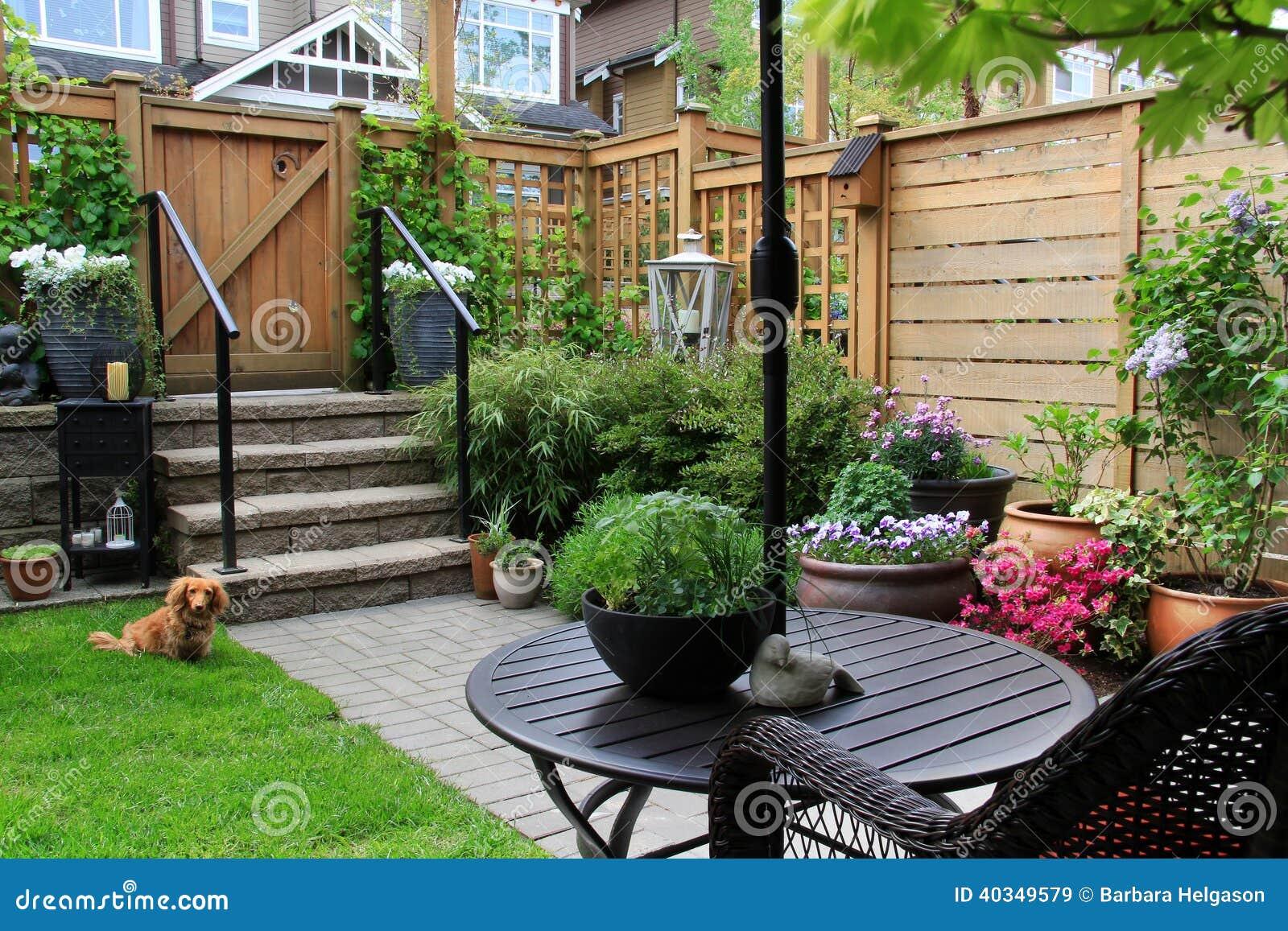 Piccolo giardino immagine stock immagine di esterno for Giardino piccolo