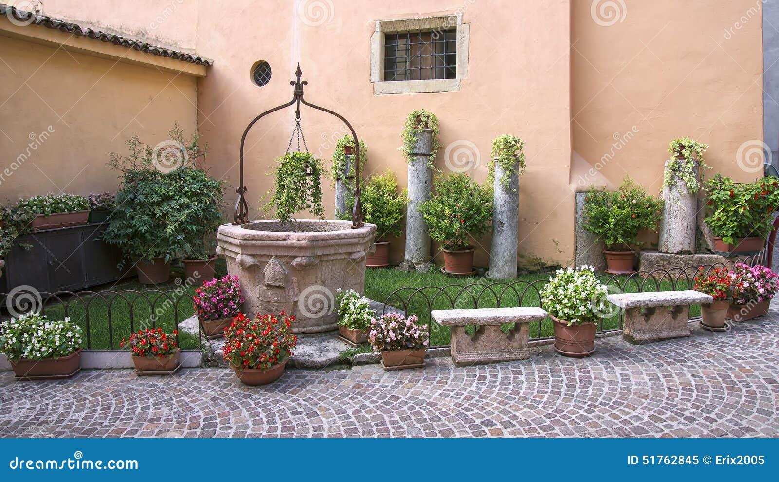 piccolo giardino alla parete della casa fotografia stock ... - Piccolo Giardino In Casa