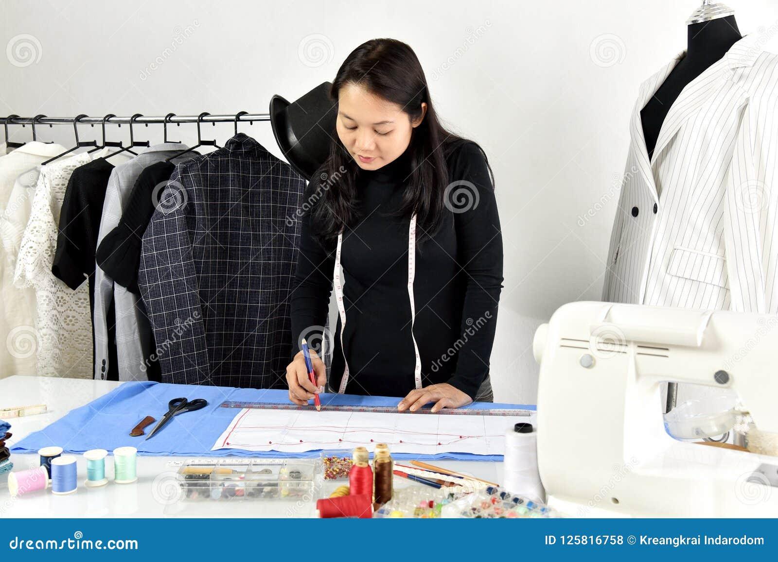Piccolo imprenditore, progettista del sarto da donna che fa modello e l indumento di misura